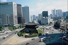 Гражданство Южной Кореи будут давать за инвестиции в недвижимость данной страны. В  настоящий момент порог инвестиций составляет 500 тыс. долларов США.