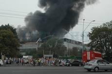 """Фото """"Сегодня"""". Рабочие завода на Нивках подожгли склады «Эльдорадо»"""