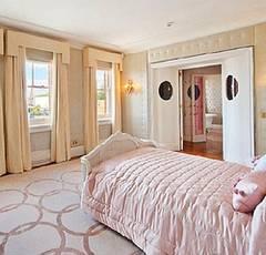Спальня элитной квартиры, котрая еще пока принадлежит певице. Фото: Daily mail